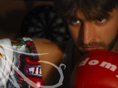Fotografía detalle de la mirada de un hombre mientras boxea