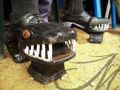 Fotografía profesional de viaje, Costra de Marfil. Zapatos de madera con forma de cocodrilo y plataformas del jefe de una tribu