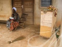 Fotografía social. Costa de Marfil. Mujer con niño en la puerta de su casa
