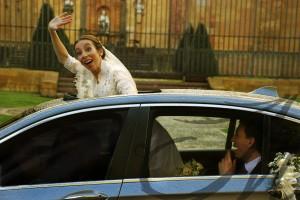 Novia saludando desde el coche