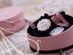 Pendientes de novia en una caja
