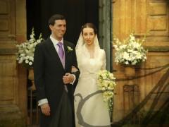 Marido y mujer saliendo de la iglesia