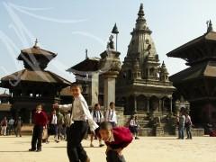 Fotografía de viajes, Bhaktapur, Nepal. Niños uniformados juegan en la plaza llena de templos impresionantes.