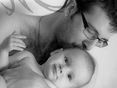 Fotografía en blanco y negro de un bebé con su padre en brazos