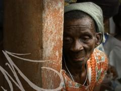 Fotografía del rostro arrugado de una anciana negra en Costa de Marfil