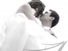 Fotografía de bodas. Fotografía en blanco y negro del novio cogiendo a la novia en brazos