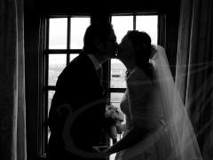 Fotografía de bodas. Novios a contraluz