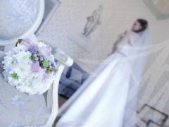 Fotografía de boda. Ramo de novia con ella detrás posando