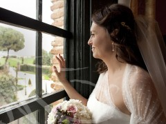 Fotografía de bodas. Novia junto a la ventana