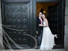 Fotografía de boda. Novios posando puerta Palacio de Aldovea