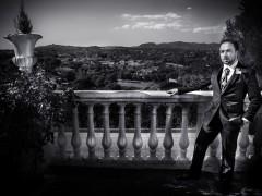 Fotos de boda, Rafa y Carú. Fotógrafa: Lourdes Martín Montilla. Martinmontilla photography. Novio, de fondo el cielo de las Matas