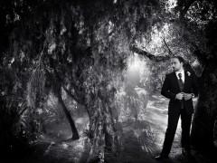 Fotos de boda, Rafa y Carú. Fotógrafa: Lourdes Martín Montilla. Martinmontilla photography. Novio, de fondo Las Matas