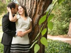 Fotos de boda, Rafa y Carú. Fotógrafa: Lourdes Martín Montilla. Martinmontilla photography. Novios se besan en el Parque del Capricho