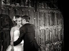 Fotos de boda, Lourdes y David. Fotógrafa: Lourdes Martín Montilla. Martinmontilla photography. El novio besa a su mujer contra una puerta de madera