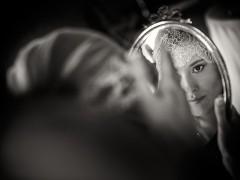 Fotos de boda, Lourdes y David. Fotógrafa: Lourdes Martín Montilla. Martinmontilla photography. Novia se mira en el espejo