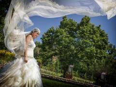 Fotos de boda, Lourdes y David. Fotógrafa: Lourdes Martín Montilla. Martinmontilla photography. Novia con el velo extendido en el aire por el viento