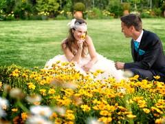 Fotos de boda, Lourdes y David. Fotógrafa: Lourdes Martín Montilla. Martinmontilla photography. Novios juegan con las margaritas amarillas