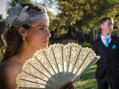 Fotos de boda, Lourdes y David. Fotógrafa: Lourdes Martín Montilla. Martinmontilla photography. Novia con abanico con el novio de fondo