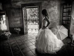 Fotografía de boda. Novia vistiéndose. Autor: MartinMontilla Photography