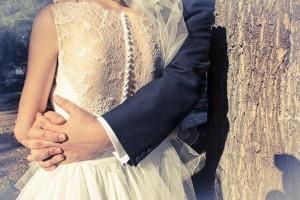 Fotos de boda, Toya y Santi. Fotógrafa: Lourdes Martín Montilla. Martinmontilla Creative Studio. Espalda de los novios abrazados